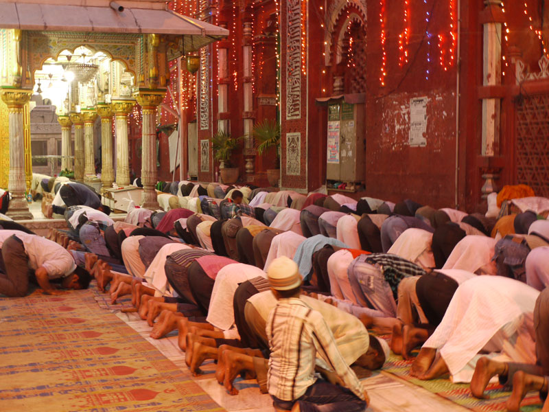 Evening prayers at Hazrat Nizamuddin, Delhi | Sights of Delhi