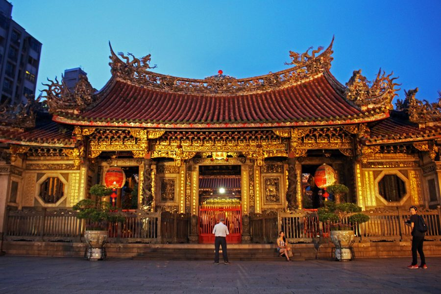 A quiet moment at the entrance to Longshan Temple just after sundown